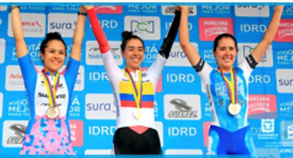 Tres bogotanas del IDRD dominaron la CRI ub-23 en Camila Valbuena (izq.) -plata-, Jessica Parra (oro) -cen.- y Lina Dueñas, bronce.