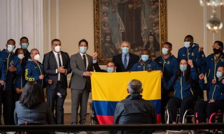 LA COLOMBIA IMPARABLE RECIBIÓ SU BANDERA POR PARTE DE LA PRESIDENCIA DE LA REPÚBLICA